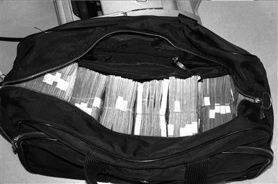 警方在葛晓明办公室 查抄的赃款。 警方供图
