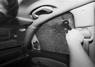 2 记者抓住把手,将拖车钩圆环状端朝玻璃砸了七八下后,无果。随后记者改为甩砸,将玻璃击破。