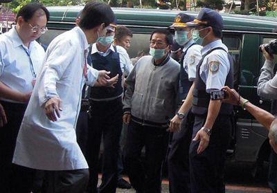 """陈水扁5月23日早晨,由警方戒护到达长庚病院就医。图片来源:台湾""""中间社"""""""