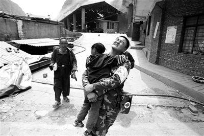 昨日,云南昭通彝良洛泽河镇,武警战士正在救援。图/CFP