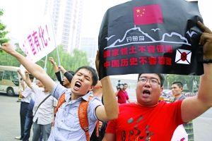"""9月11日,中国民众在北京日本驻华大使馆门前抗议日本政府""""购买""""中国钓鱼岛及其附属岛屿。"""