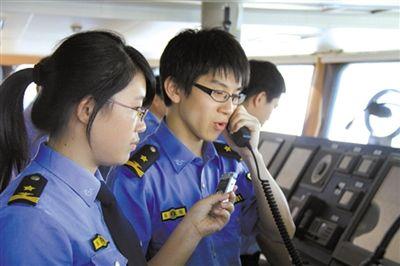 海监队员正在喊话。据国家海洋局网站