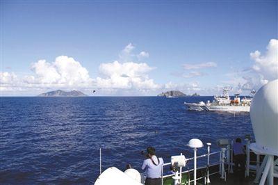海监队员拍照取证。自10月1日以来,中国海监船编队每天都在钓鱼岛附近海域巡航。