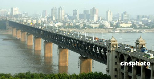 资料图:1957年10月15日,中国万里长江第一桥--武汉长江大桥胜利建成并通车,它是中国连接长江南北的第一座大桥,也是万里长江上的第一座特大型公路、铁路两用桥。