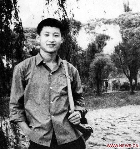 照片摄于1972年,习近平当时是一个在农村的知识青年。(新华社)