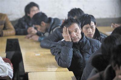 昨日,死者家属在学校听官方讲述事故后的安置和处理事宜。新京报记者 周岗峰 摄