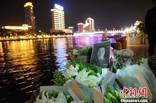 近两天来,不少广州市民到珠江西堤码头为郑益龙献花。 陆建东 摄
