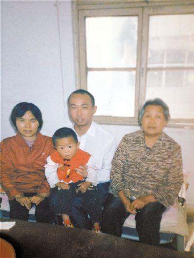 2006年,党清广在浙江打工时一家人的合影。