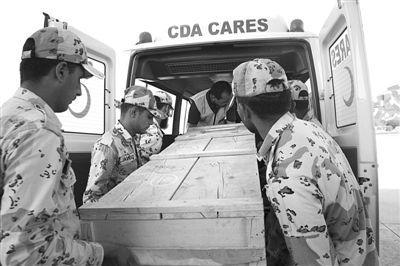 昨日,巴基斯坦首都伊斯兰堡,装有遇难中国公民遗体的棺木被抬上车。新华社记者 张泳 摄