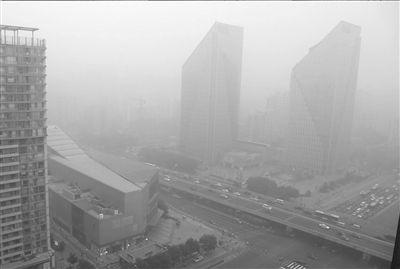 6月28日,北京再现雾霾天气,当天数据显示,城六区PM2.5均达到了重度污染级别。京华时报记者 王海欣 摄
