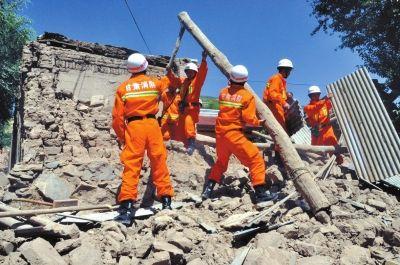7月22日,甘肃省定西市公安消防支队官兵在岷县梅川镇马家沟村展开救援。    新华社发