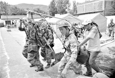 昨日,救援官兵清理小学场地,帮助当地群众搭设帐篷。 新华社发