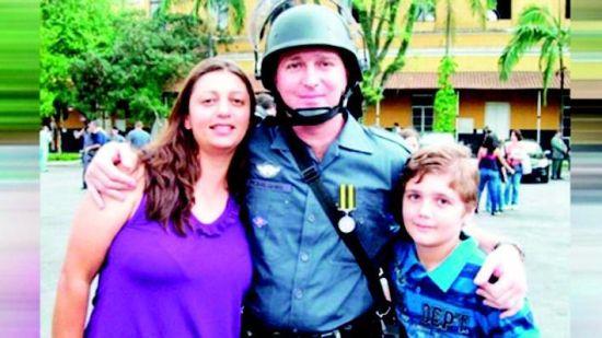 巴西十三岁少年 枪杀全家后自尽