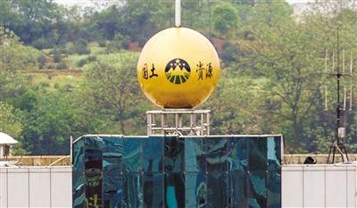 """风水球 湖南双峰县国土局楼顶大号""""金球""""。在一些党政机关大门内外,流行弄些大理石或金属材质的圆球,寓意""""财源滚滚""""。新华社发"""
