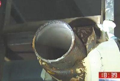 疑似泄漏管道的管口锈迹斑斑。