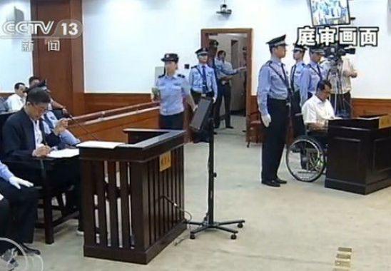 王立军坐轮椅出庭