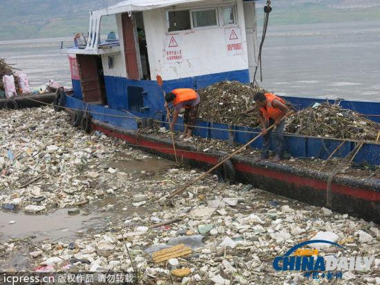 2013年9月24日,重庆市云阳县长江大桥水域,清漂船在长江三峡库区缓流江段打捞、搜寻聚集的水上漂浮物。华龙/东方IC