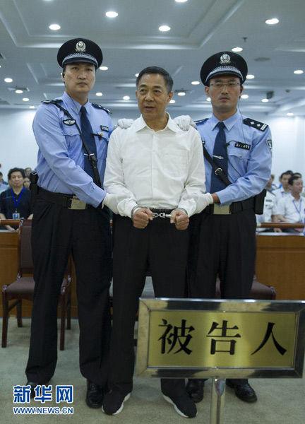 这是一审宣判后,法警给薄熙来戴上戒具(9月22日摄)。 新华社记者 谢环驰 摄