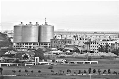 浙江乐清北白象镇磐石社区有四五十家工厂和加工作坊,其中只有3家经过环保审批。9月,附近一学校发生学生集体流鼻血事件。新京报记者 侯少卿 摄