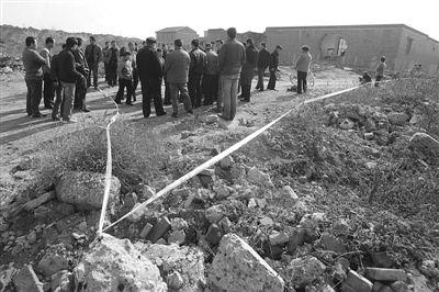 2010年11月1日,太原晋源区古寨村拆迁血案现场,围满了该村的拆迁户。新京报记者 杨杰 摄