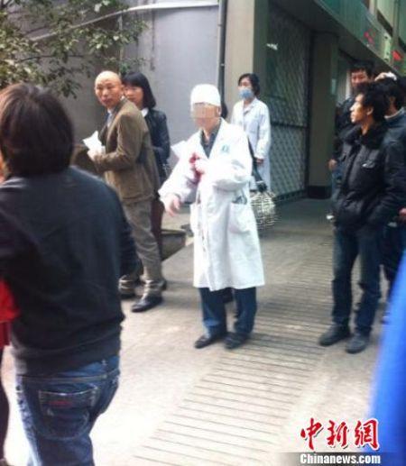 温岭一名医生被捅,胸前鲜血涌出。 温岭市民提供 摄