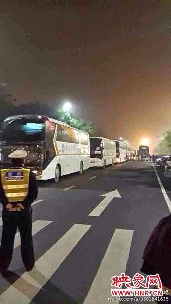 """11月1日深夜,郑州郑东新区夜总会""""皇家一号""""被查处。网友供图"""