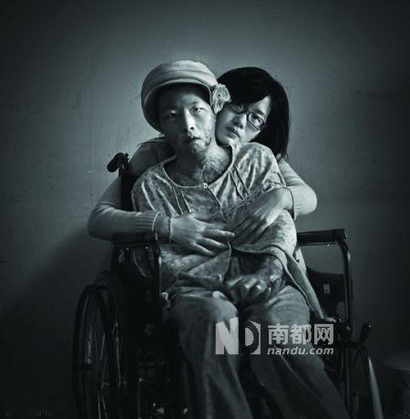 """2010中国新闻摄影""""金镜头""""奖年度最佳照片――《宜黄钟家姐妹》。潇湘晨报记者杨抒怀 摄"""