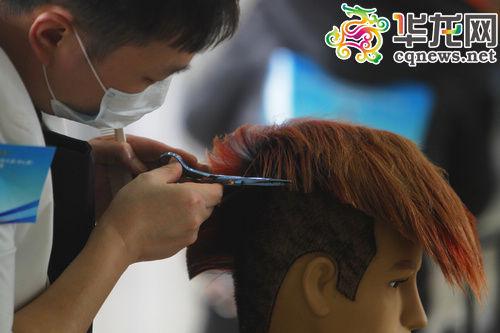 16日上午,第三届中国重庆职业技能大赛(中心赛)美发项目实作比赛在图片