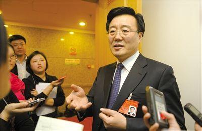 昨日,在十四届人大二次会议顺义代表团全团审议后,北京市人大代表、北京市常务副市长李士祥接受记者提问。新京报记者 浦峰 摄