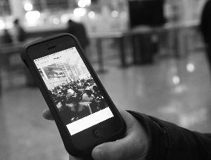 一位乘客在郑州新郑机场候机楼内用手机拍摄的乘客滞留的画面。新华社发