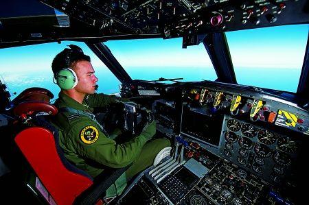 """澳大利亚皇家空军飞行员驾驶P-3C""""猎户座""""海上巡逻机搜寻失联客机。新华社 图"""