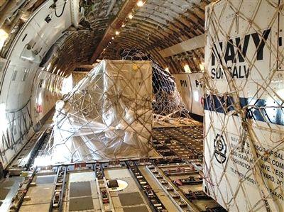 3月24日,纽约肯尼迪机场,包括拖曳声波定位仪在内的搜索设备被运上货机。新华社发