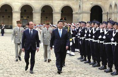 26日,国家主席习近平在巴黎同法国总统奥朗德举行会谈。会谈前,奥朗德在荣军院广场为习近平举行隆重欢迎仪式。新华社发