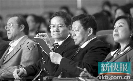 省委常委、常务副省长徐少华(左二)与商务部原部长陈德铭(左三)在论坛上交谈。.jpg