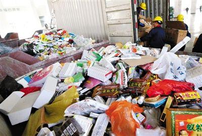 去年12月2日,苏州市食药监局销毁12万盒假劣药品、医疗器械、保健品,货值金额接近100万元。陈煜 摄