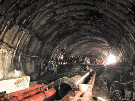 4月5日拍摄的事故隧道救援现场.均为新华社发-87小时生死救援打