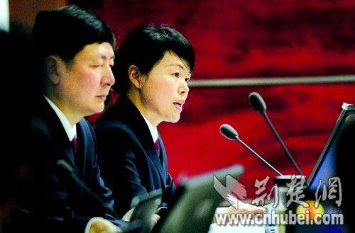 湖北日报讯 图为:公诉人在法庭上举证。(本报报道组 摄)