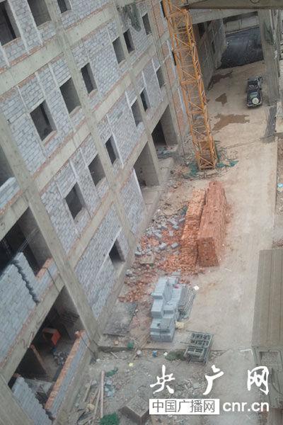 被打工人们指认,散落的砖垛附近,就是工人们被迫聚集的地方