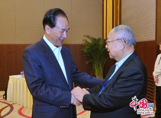 国务院新闻办公室主任蔡名照与访京团团长、香港报业公会会长李祖泽(右)握手。郭研 摄