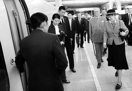 昨日,女王与丈夫在北京南站乘高铁前往南京 摄/法制晚报记者吴海浪