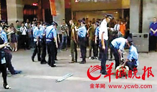 8日下午3时许,在广州市越秀区北京路与惠福东路交界的208号某商铺门口,两群人(超过10人)发生斗殴,导致2人受伤。画面来自广州电视台视频
