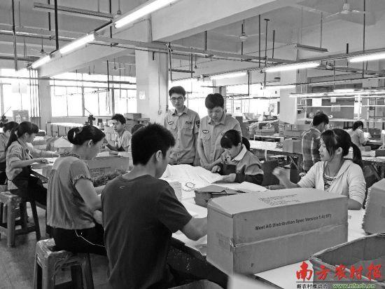 河源市劳动监察支队工作人员在荣华印刷包装有限公司检查,了解工人加班时间及工资发放情况。 □胡新科 摄