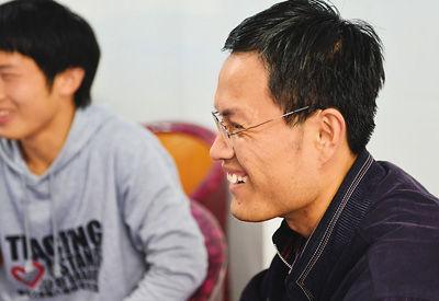 """湖北团省委学校部部长徐本禹(右)和母校华中农业大学""""本禹志愿服务队""""队员在一起。"""