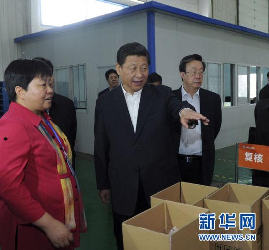 这是5月10日上午,习近平在河南保税物流中心了解货物装配和查验情况。新华社记者张铎摄