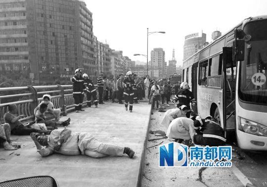 消防和医护人员现场进行救援。5月12日16时50分左右,四川宜宾市区一辆公交车在行驶中突然起火燃烧
