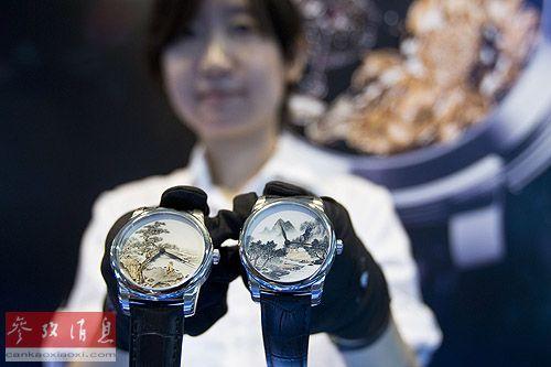 资料图片:2013年6月22日,参展商在2013北京国际顶级生活品牌(奢侈品)博览会上展示用中国内画工艺制作的高档腕表。新华社发(赵冰 摄)