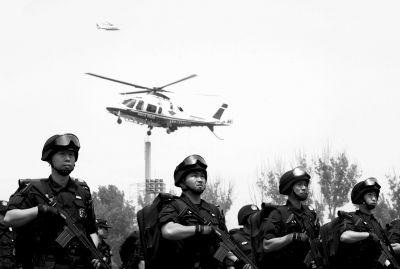 5月15日,特警、交管、警航、科信等多个部门,出动两架警用直升机和30余辆特种车参加反恐防暴演练(资料图片)。京华时报记者欧阳晓菲摄