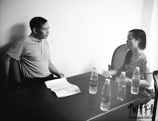 """在陆群出庭作证后,唐慧找到陆群递上了一份材料,并与其探讨周兰兰""""自杀""""一事。 本报记者 刘星摄"""