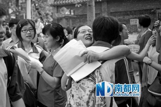 昨日,广州执信中学考场,老师在考前与考生拥抱。南都记者冯宙锋 实习生陈浩森 张升达摄