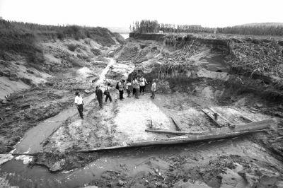2013年9月,在河南省洛阳市首阳山镇洛河滩里,暴雨冲出的水沟内发现一艘深埋地面4米以下的木质古船。沉船所处的位置距离现在的洛河河道不足50米,船身最宽处3.2米,总长度大约17米。根据史料记载,这艘沉船所处的位置,正是隋唐大运河漕渠的故道。新华社发